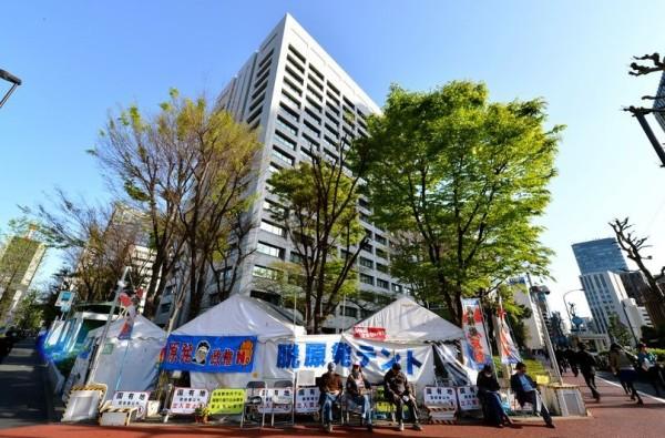 Lều cắm trước nhà văn phòng của Bộ Công nghiệp là tụ điểm của những người chống năng lượng hạt nhân. Hình: Satoru Ogawa