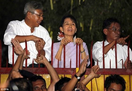 Aung San Suu Kyi chào mừng hàng ngàn người ủng hộ qua hàng rào nhà của bà sau khi được trả tự do. Hình: http://www.dailymail.co.uk