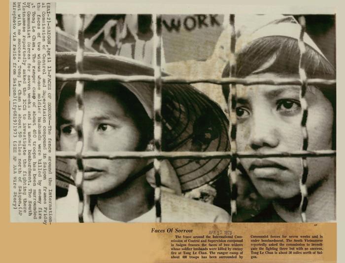 Vietnam War 1973 - Faces of Sorrow - Press Photo - (13/4/1973) Phía sau hàng rào xung quanh trụ sở UB Quốc tế Kiểm soát Ngừng bắn tại SG là khuôn mặt của hai quả phụ có chồng bị tử thương vì hỏa lực quân địch tại Tống Lê Chân. Trại BĐQ của khoảng 400 binh sĩ này đã bị các lực lượng cộng sản bao vây và bắn phá trong 7 tuần lễ. Phía Nam VN đã nhiều lần yêu cầu Ủy ban điều tra vụ việc ở đó, nhưng đã không được đáp ứng. Tống Lê Chân cách Sài Gòn khoảng 50 dặm về phía bắc. (AP)