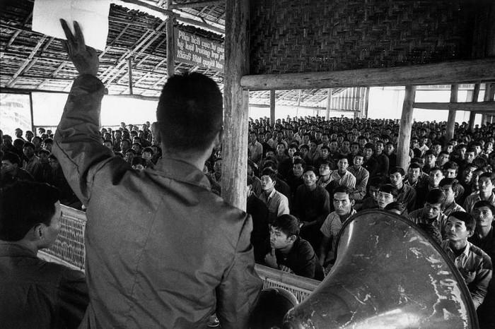 Một lớp học tập cải tạo tại Tây Ninh, 1976. Hình: Marc Riboud