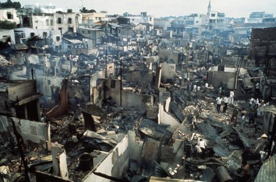 Sài Gòn, 21 tháng Tư 1975. Lần bắn hỏa tiển đầu tiên là vào lúc 4 giờ 30 sáng, đánh vào trung tâm Sài Gòn và đốt cháy 150 căn nhà bằng gỗ. 14 người chết và hơn 40 người bị thương. Hình của Jacques Pavlovsky / Sygma / Corbis.