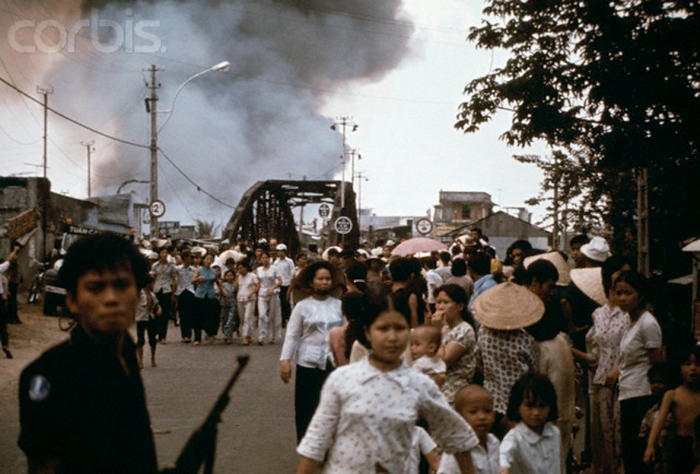 Người dân đang chạy tỵ nạn ở Vũng Tàu,  21 tháng Tư 1975. Hình:  Pavlovsky/Sygma/Corbis