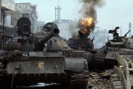 Sài Gòn, 30 Tháng Tư 1975, xe tăng Bắc Việt bị bắn cháy gần phi trường Tân Sơn Nhứt. Hình: Jacques Pavlovsky/Sygma/CORBIS