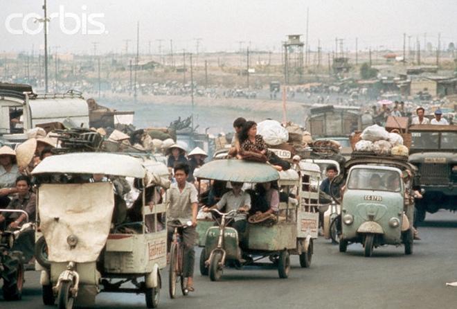 Tháng Tư 1975, người dân chạy nạn về Sài Gòn. Hình:  Nik Wheeler/CORBIS