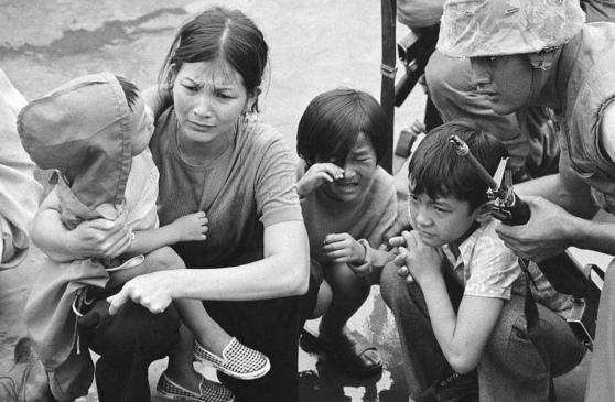 29 tháng Tư 1975: Một người phụ nữ Việt Nam ngồi trên boong của một con tàu đổ bộ tấn công của Mỹ trong cuộc di tản khỏi Sài Gòn. Hình: AP
