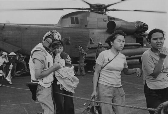 Tháng Tư 1975, người di tản lên tàu Mỹ Hancock