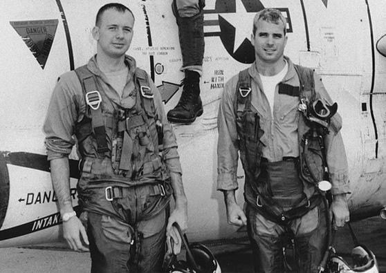 Phi công hải quân John McCain, phải, với thành viên của phi đội (khoảng 1965). Hình: AP Photo
