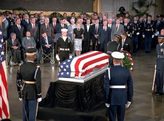 Tổng thống Reagan đặt vòng hoa tại quan tài của người chiến sĩ vô danh.
