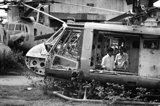 Sài Gòn 1985 - Nghĩa trang máy bay ở phi trường Tân Sơn Nhứt. Hình: Philip Jones Griffiths
