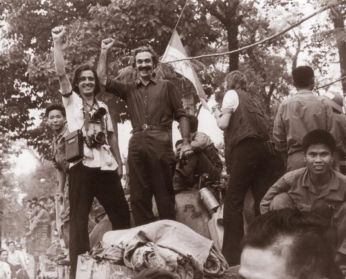 Tiziano Terzani (phải) đi cùng với xe tăng quân đội Bắc Việt trên đường Tự Do của Sài Gòn vào ngày 30 tháng Tư năm 1975. Hình: Tư liệu Terzani