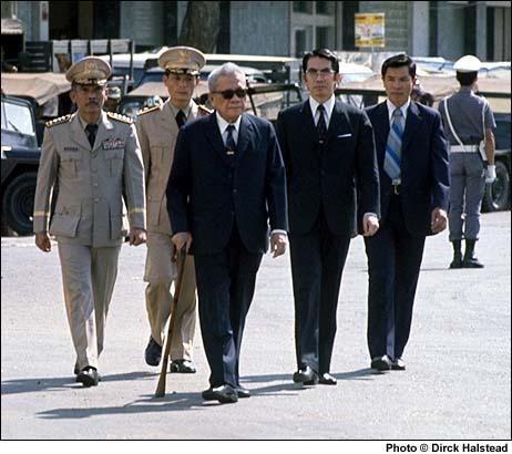 Tổng thống Trần Văn Hương (giữa) ngày 27-4-1975 - một ngày trước khi trao quyền cho ông Dương Văn Minh
