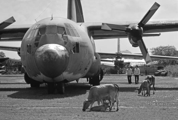 Nghĩa trang máy bay ở phi trường Tân Sơn Nhứt, một trong những phi trường bận rộn nhất của thế giới trước kia. Hình: Philip Jones Griffiths