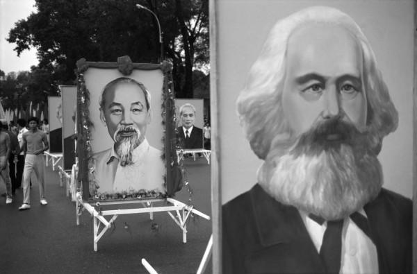 Chân dung các anh hùng của Chủ nghĩa Xã hội trong buổi kỷ niệm mười năm ngày chiến thắng. Hình: Philip Jones Griffiths