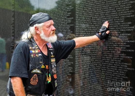 Một cựu chiến binh tại tượng đài kỷ niệm Chiến tranh Việt Nam. Hình: B. Christopher