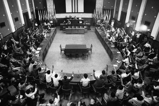 Quốc Hội Việt Nam Cộng Hòa biểu quyết yêu cầu Tổng thống Trần Văn Hương nhượng quyền lại cho tướng Dương Văn Minh. Hình: AP Photo/Errington.
