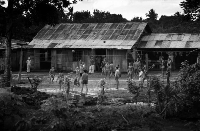 Việt Nam 1985: Trại học tập cải tạo Z30D ở tỉnh Thuận Hải. Hình: Philip Jones Griffiths