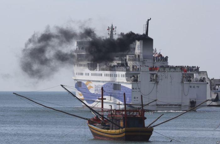 Tàu chở người Trung Quốc rời Vũng Áng. Hình: AP