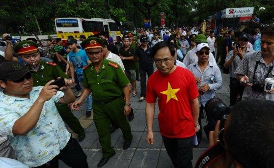 Lộn xộn trước sứ quán Trung Quốc  ở Hà Nội: Cảnh sát yêu cầu khách bộ hành rời khu vực ngay cạnh đó. Hình: AFP