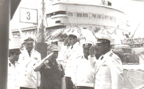 """Đại tướng Văn Tiến Dũng trên boong chiến hạm BPK """"Gnevnyi"""" tại Cam Ranh ngày 26/4/1984"""