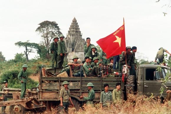 Quân đội Việt Nam trước khi rút khỏi Campuchia trong tháng 12 năm 1988. Mười năm trước đó, họ đã lập đổ chế độ cộng sản Pol Pot đồng minh với Trung Quốc. Hình:picture-alliance / dpa