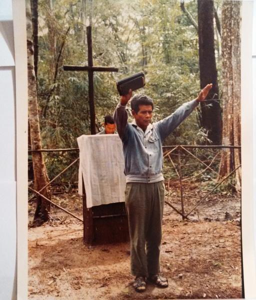 FULRO Linh mục Công giáo tại nhà thờ ở trong rừng, nơi họ chạy trốn khỏi cuộc đàn áp tôn giáo ở Việt Nam. Hình: Nate Thayer