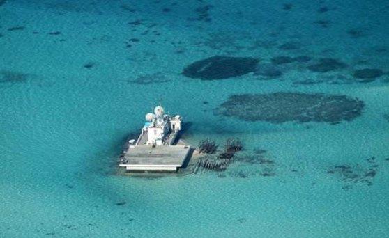 Đảo Gạc Ma vào ngày 28 tháng Hai 2013: Bức ảnh này của chính phủ Philippines cho thấy vào thời điểm này cũng chỉ có nhà giàn bê tông của người Trung Quốc nằm ở rạn san hô. Nhưng tròn một năm sau đó… Hình: DPA/ DFA