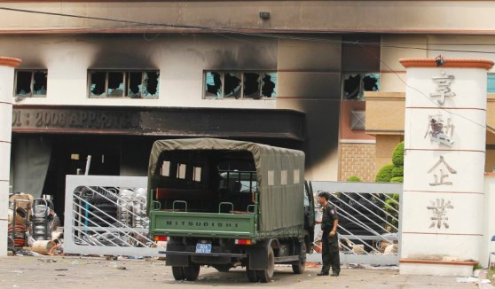 Nhiều nhà máy bị hôi của và bị phóng hỏa ở miền Nam Việt Nam. Hình: Reuters