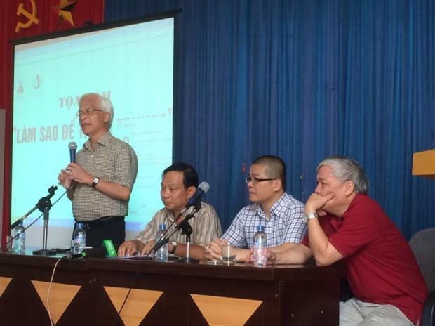"""Tiến sĩ Chu Hảo (đứng) tại hội thảo """"Làm thế nào để thoát Trung?"""". Hình: Nguyen Duc Thanh, VEPR"""