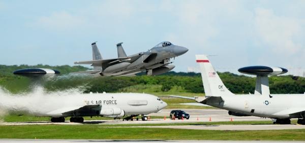 Một chiếc F-15 đang cất cánh tại Anderson Air Force Base trên đảo Guam.