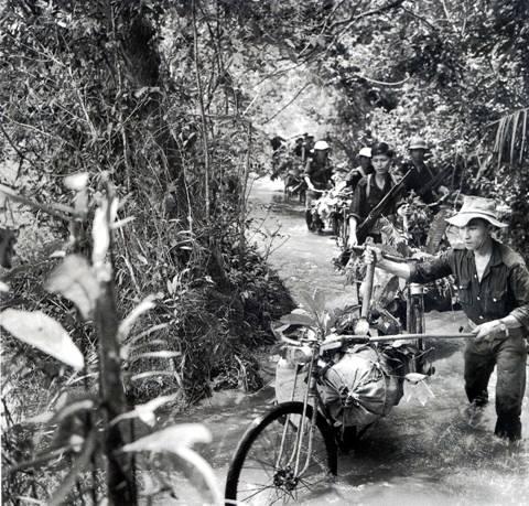 Tiếp tế bằng xe đạp trên đường mòn Hồ Chí Minh