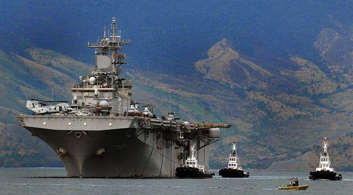 Tàu sân bay tấn công đổ bộ USS Essex ở Subic Bay