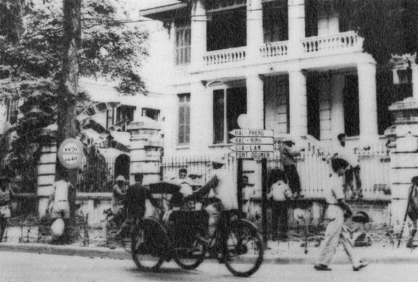 Một ngày trước khi Hội nghị Đông Dương ở Genève quyết định chấm dứt chiến tranh, quân lính Pháp kéo dây kẽm gai quanh các tòa nhà của họ ở Hà Nội