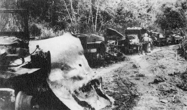 Xe quân đội Pháp bị phá hủy ở gần pháo đài Điện Biên Phủ vào ngày 30 tháng Tư 1954.