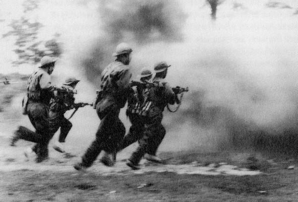 Lính Việt Cộng xung phong