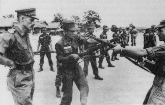 Cuối 1963, ở Nam Việt Nam có 16.300 cố vấn quân sự Mỹ làm việc, có nhiệm vụ trưức hết là đào tạo quân đội Nam Việt Nam.