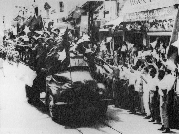 Ngay trong ngày quân đội Pháp rút ra khỏi Hà Nội (10 tháng Mười 1954), quân đội Việt Minh đã tiến vào thành phố.