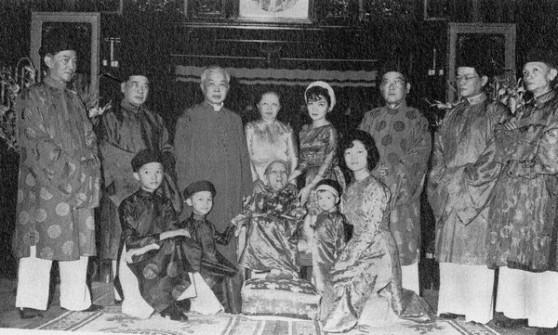 Tổng thống Ngô Đình Diệm (thứ hai từ trái sang) và gia đình ở Sài Gòn năm 1963.