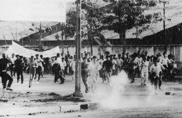 Từ tháng Ba cho tới tháng Sáu 1966 đã xảy ra nhiều cuộc bạo loạn Phạt giáo ở Huế và Đà Nẵng. 180 người chết và hơn 700 người bị thương trong thời gian đó.