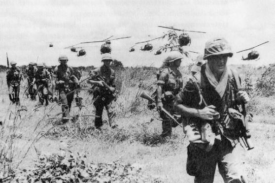 Một đơn vị lính bộ binh Mỹ đang tiến quân với sự hỗ trợ của trực thăng, tháng Mười 1965