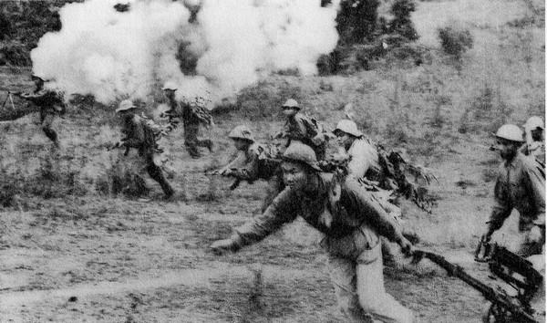 Một đơn vị Bắc Việt đang tấn công