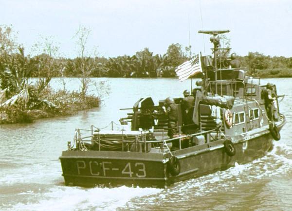 Tàu Hải quân Hoa Kỳ tuần tra trên sông Mekong
