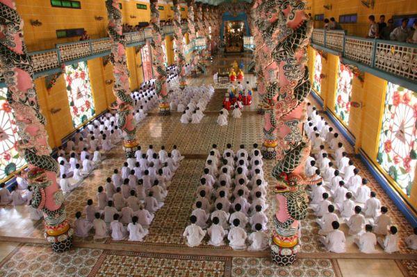 Bên trong Thánh đường của đạo Cao Đài. Hình: Wikipedia
