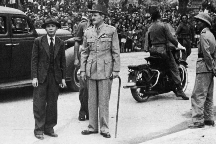 Tướng Leclerc với Võ Nguyên Giáp tại Đài kỷ niệm Chiến sĩ trận vong tại Hanoi năm 1946 (vườn hoa Canh Nông, nơi đặt tượng Lê Nin ngày nay)