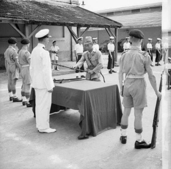 Một sĩ quan hải quân Nhật Bản trao thanh kiếm của ông cho chuẩn úy Anthony Martin trong một nghi lễ tại Sài Gòn. Hình: Wikipedia