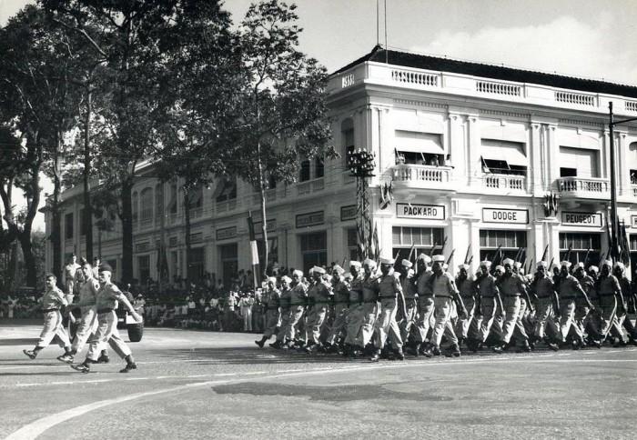 Quân đội Đông Dương diễu hành ở Sài Gòn năm 1951