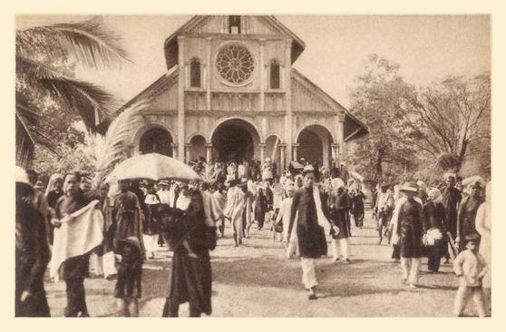 Giờ tan lễ ở Nhà thờ Kontum