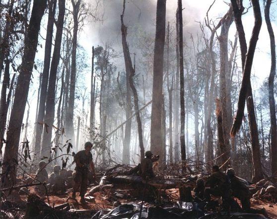 Quân đội Mỹ phá hủy các công sự của lính Bắc Việt trên đồi 875