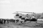 Trực thăng của Sư đoàn Không kỵ Số 1 Hoa Kỳ đáp xuống Lai Khê để chở lính của Sư đoàn 2 Việt Nam tới An Lộc. Hình Bettmann / CORBIS