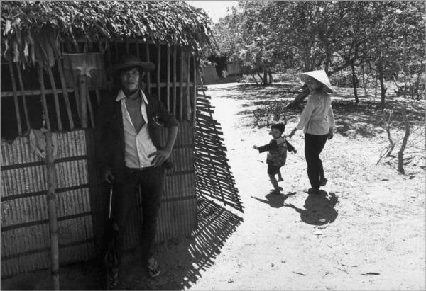 Một ngôi làng nằm trong vùng giải phóng năm 1973. Hình: Rene Burri