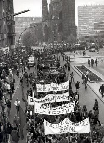 """Biểu tình chống Mỹ tham chiến ở Việt Nam. Tây Berlin, tháng Năm 1972. Trên một của những biểu ngữ là """"Vì công cuộc xây dựng Đệ tứ Quốc tế""""."""